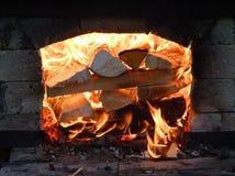 Brennendes Brennholz Stockfotos