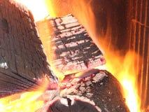 Brennendes Brennholz Stockfotografie