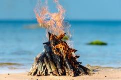 Brennendes Brennholz Stockfoto