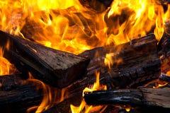 Brennendes Brennholz Stockbilder