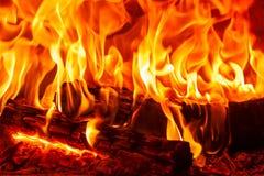 Brennendes Brennholz des Nahaufnahmetanzens im Kamin, im Feuer und in den Flammen Stockfotos