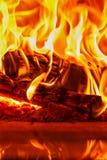 Brennendes Brennholz des Nahaufnahmetanzens im Kamin, im Feuer und in den Flammen Lizenzfreies Stockfoto
