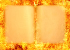 Brennendes Buch Stockfoto
