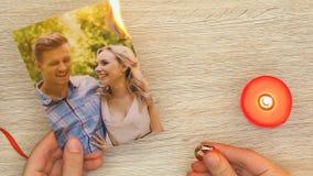 Brennendes Familienfoto der Frau und Halten des Verlobungsrings, der Scheidung und des Verrats stock video footage
