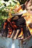 Brennendes Feuer im Freien auf dem Sommergarten Lizenzfreie Stockbilder