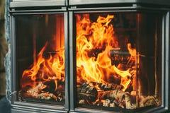 Brennendes Feuer im Kamin Stockfoto