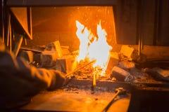 Brennendes Feuer im Ofen stockfoto