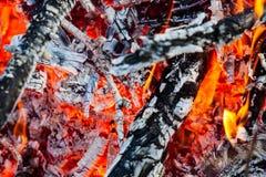 Brennendes Feuer und Glut Stockbild