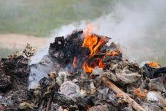 Brennendes Feuer und Rauch Lizenzfreie Stockfotografie