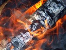 Brennendes Feuerholz. stockbilder