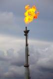 Brennendes Gas des Aufflackerns an der Raffinerieanlage Stockfotos