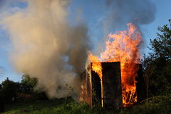 Brennendes Gebäude Stockfotografie