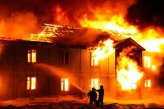Brennendes hölzernes Haus lizenzfreie stockfotos