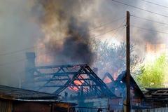 Brennendes Haus stockfoto