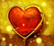 Brennendes Herz mit Flammen gegen Goldhintergrund Stockfotos
