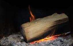 Brennendes Holz auf schwarzem Hintergrund Stockbild