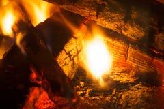 Brennendes Holz Brennholz im Kamin Stockbilder