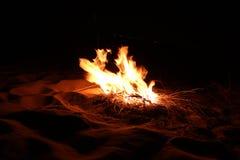 Brennendes Holz in der Wüste stockfotografie