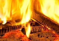 Brennendes Holz des Feuers Stockbild