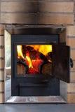 Brennendes Holz in einem Ofen Stockfotos