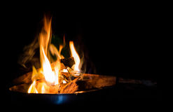 Brennendes Holz in einer Platte Stockfotografie