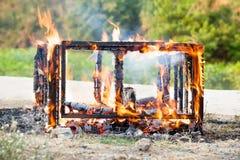 Brennendes Holz Fokus im im Freien an der Flamme Lizenzfreies Stockfoto