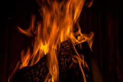 Brennendes Holz im Kamin Stockbilder