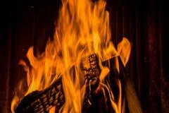 Brennendes Holz im Kamin Lizenzfreies Stockfoto