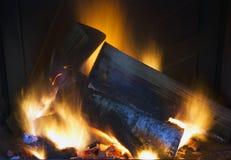 Brennendes Holz im Kamin Stockbild