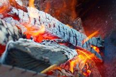 Brennendes Holz im Messingarbeiter Stockfotografie