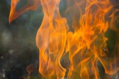 Brennendes Holz und Flammen stockbilder