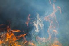 Brennendes Holz und Flammen lizenzfreies stockbild