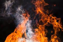 Brennendes Holz und Flammen stockfoto