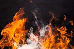 Brennendes Holz und Flammen lizenzfreies stockfoto