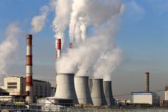 Brennendes Kraftwerk der Kohle mit Schornsteinen, Moskau, Russland Stockfotografie