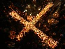 Brennendes Kreuz mit Gläsern Honig Lizenzfreies Stockbild