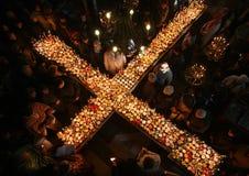 Brennendes Kreuz mit Gläsern Honig Stockfotos