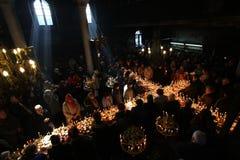 Brennendes Kreuz mit Gläsern Honig Lizenzfreie Stockfotos