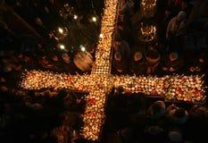 Brennendes Kreuz mit Gläsern Honig Lizenzfreie Stockbilder