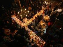 Brennendes Kreuz mit Gläsern Honig Lizenzfreie Stockfotografie