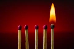 Brennendes Match, Brand, Dunkelheit, das Feuer, hölzern, Kunst, zündet an, greift ineinander, blitzt Lizenzfreies Stockbild