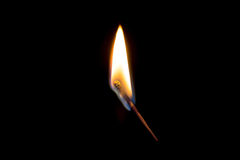Brennendes Match in der dunklen Nahaufnahme Stockbild