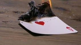 Brennendes Pokerkartenherz-as stock video footage
