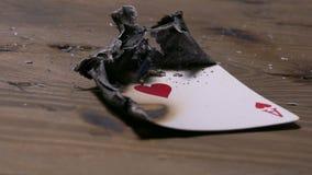 Brennendes Pokerkartenherz-as stock footage