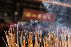 Brennendes Räucherstäbchen am Tempel stockfotos