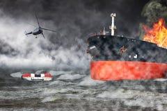 Brennendes Schiff auf Meer stockbild