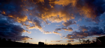 Brennendes Sonnenunterganghimmelpanorama stockfoto