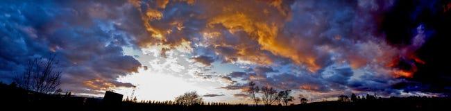 Brennendes Sonnenunterganghimmelpanorama stockfotos