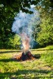 Brennendes Stroh in der Landschaft stockfotos