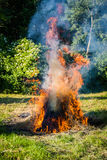 Brennendes Stroh in der Landschaft stockbild
